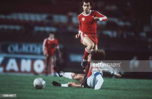 Argentine footballer Ricardo Bochini of Club Atletico Independiente is tackled by Alberto Tarantini of Club Atletico River Plate 13th May 1981 The...