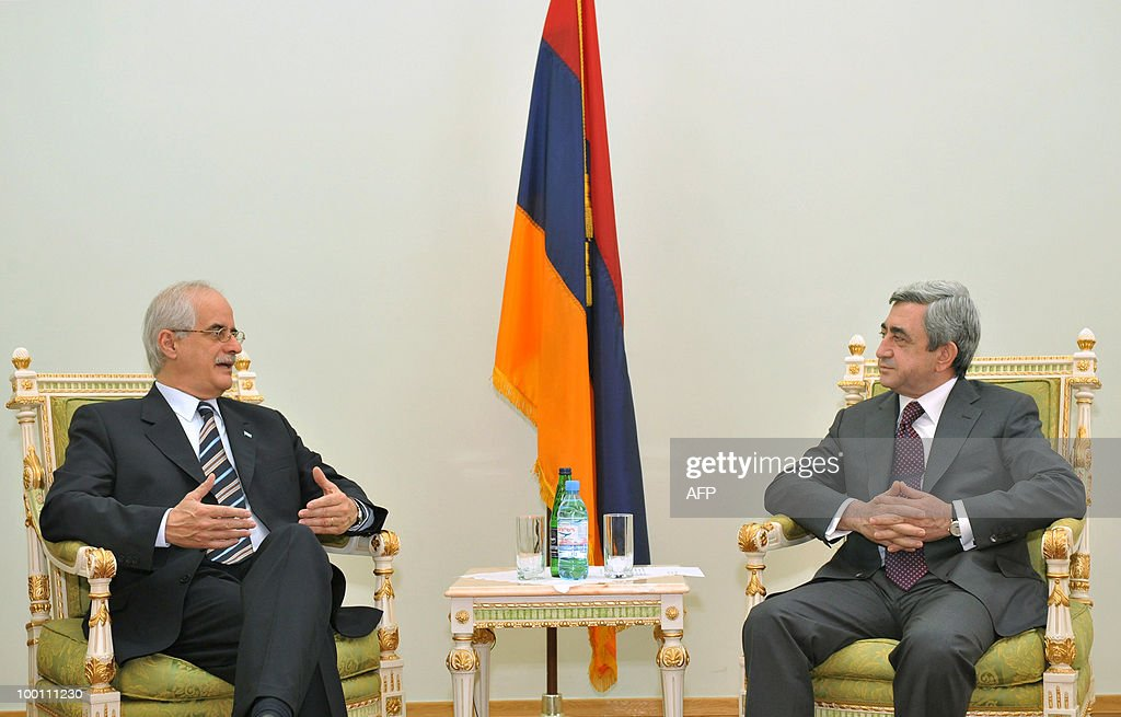 Argentine Foreign Minister Jorge Taiana (L) meets with Armenian President Serzh Sarkisian in Yerevan on May 21, 2010. Taiana arrived for high-level diplomatic bilateral talks.