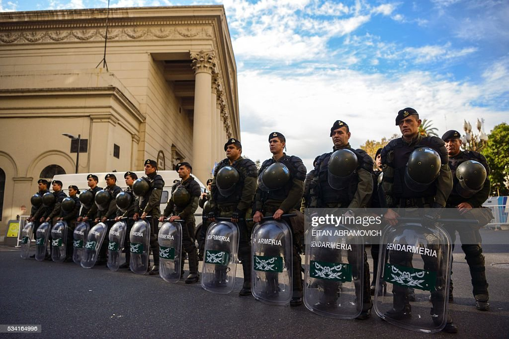 Argentine Gendarmerie secure the Metropolitan Cathedral as President Mauricio Macri attends the Te Deum to commemorate the 206th anniversary of the May Revolution, in Buenos Aires, on May 25, 2016. / AFP / EITAN