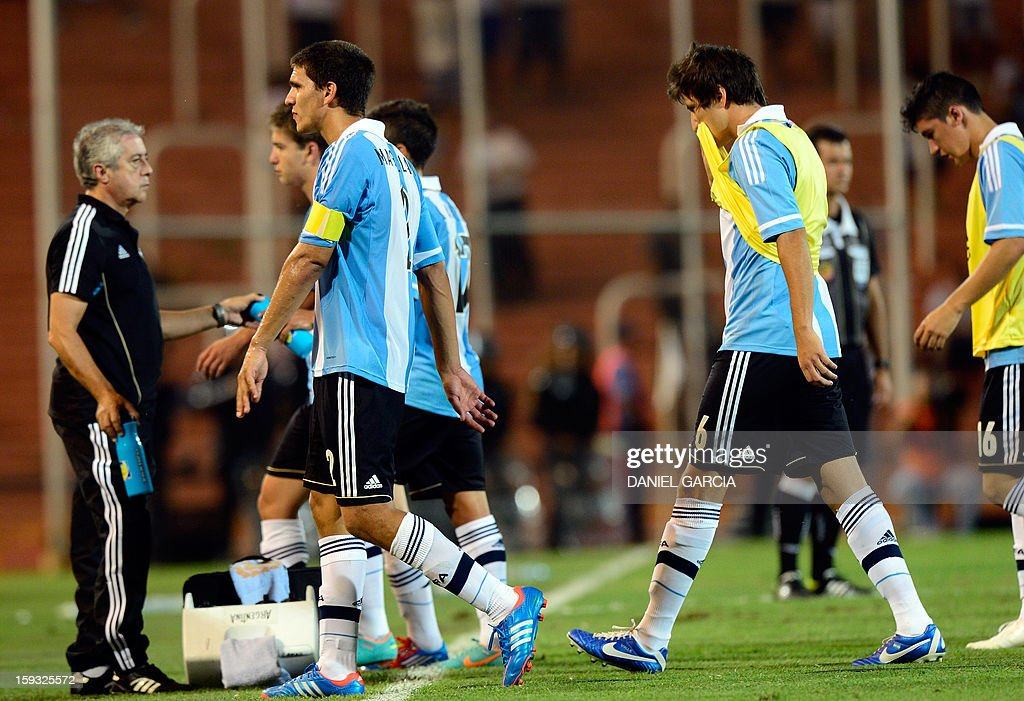 Argentine players leave the field after losing 2-1 to Paraguay in teir South American U-20 Championship Group A football match, at Malvinas Argentinas stadium in Mendoza, Argentina, on January 11, 2013. Four South American teams will qualify for the FIFA U-20 World Cup Turkey 2013. AFP PHOTO / DANIEL GARCIA