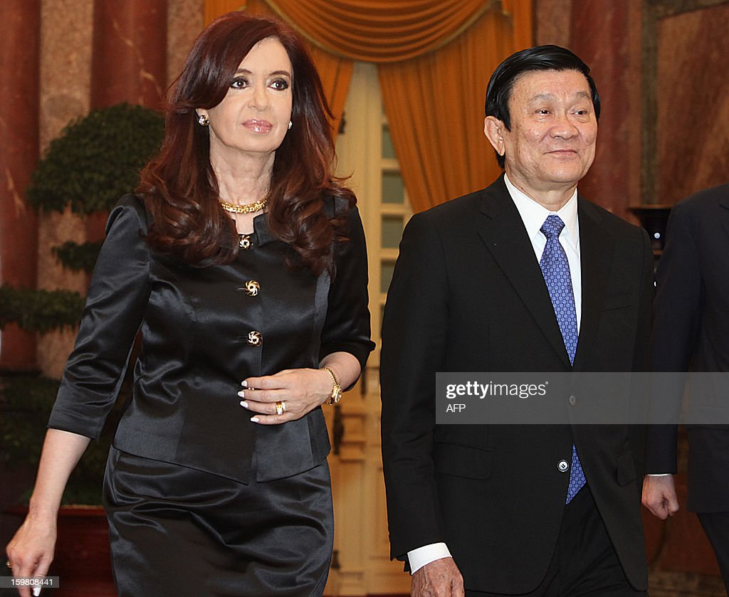 Argentine President Cristina Kirchner (L) and her Vietnamese counterpart Truong Tan Sang walk together after a welcoming ceremony in Hanoi on January 21, 2013. Kirchner is on a four-day state visit to strengthen bilateral ties.