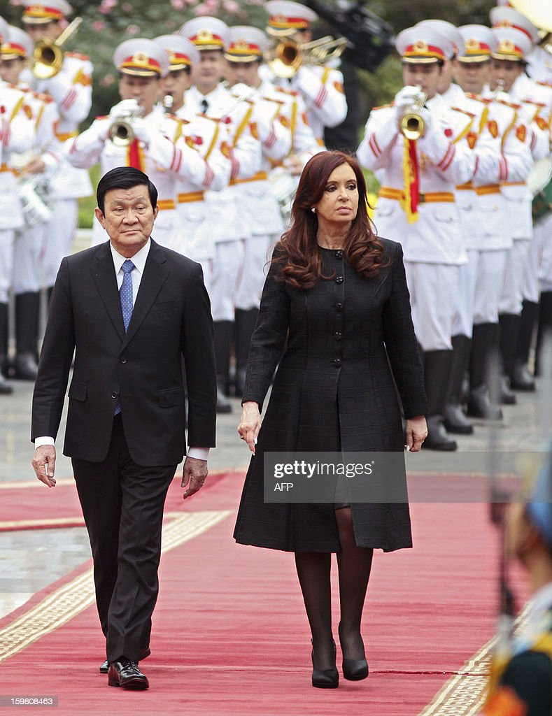 Argentine President Cristina Kirchner (R) and her Vietnamese counterpart Truong Tan Sang attend a welcoming ceremony in Hanoi on January 21, 2013. Kirchner is on a four-day state visit to strengthen bilateral ties.