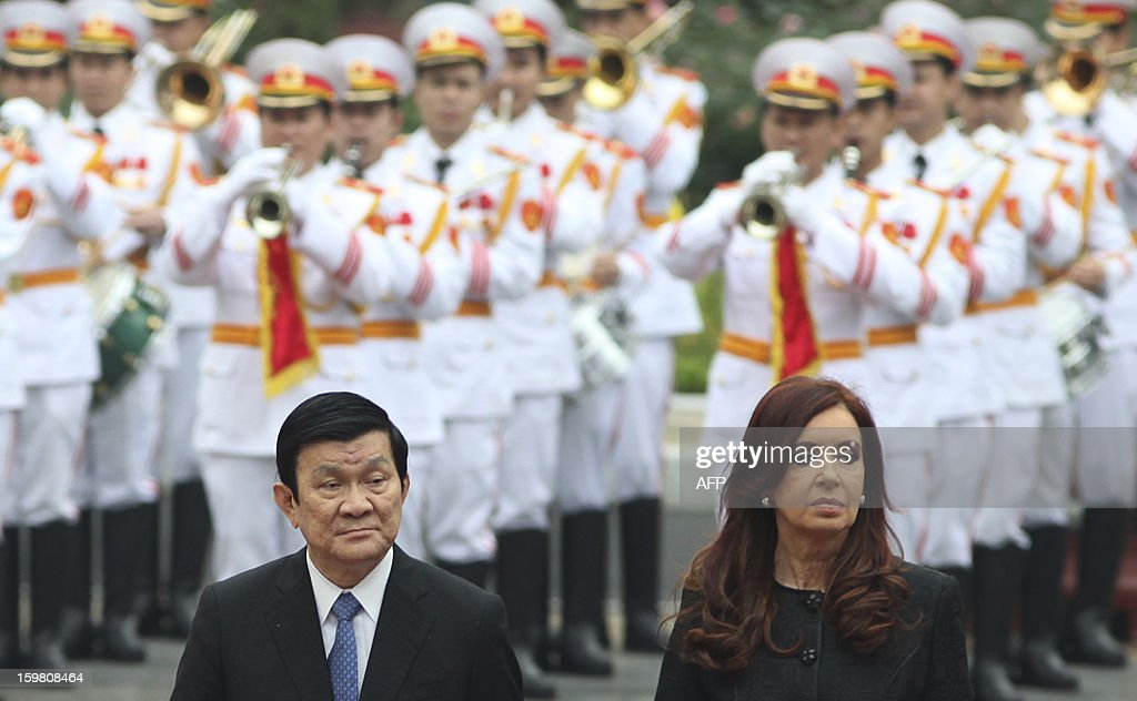 Argentine President Cristina Kirchner (R) and her Vietnamese counterpart Truong Tan Sang attend a welcoming ceremony in Hanoi on January 21, 2013. Kirchner is on a four-day state visit to strengthen bilateral ties. AFP PHOTO