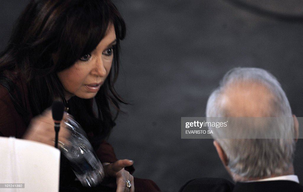 Argentine President Cristina Kirchner (L) talks with her Foreign Minister Jorge Taiana during the opening session of the Alliance of Civilizations Third Forum in Rio de Janeiro, Brazil 28 May, 2010.