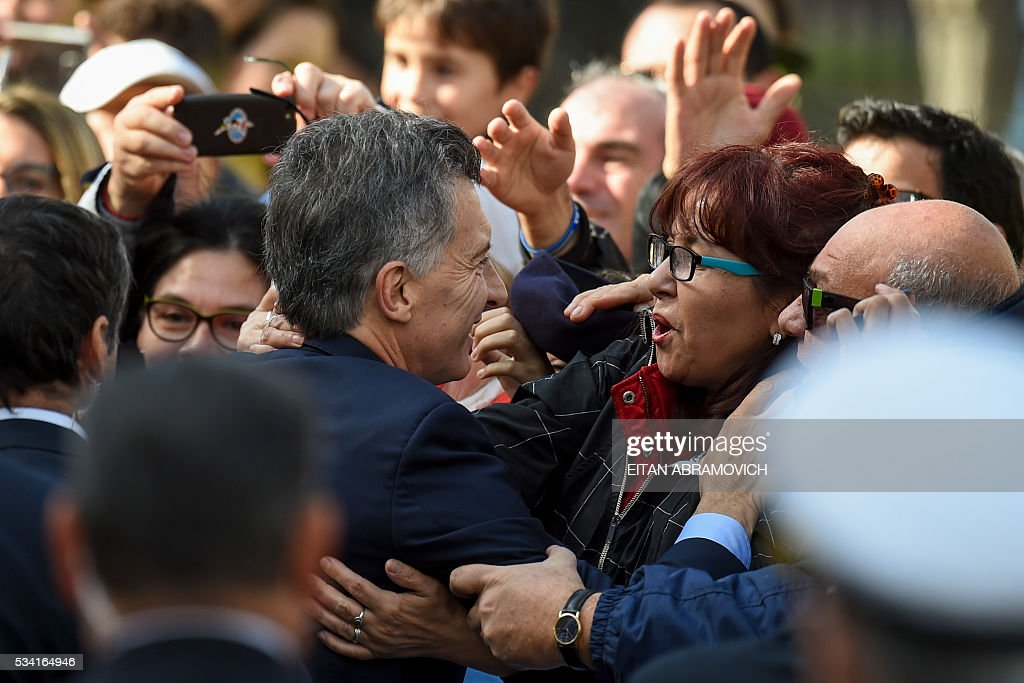 Argentine President Mauricio Macri (C) greets supporters outside the Cathedral after the Te Deum to commemorate the 206th anniversary of the May Revolution, in Buenos Aires, on May 25, 2016. / AFP / EITAN