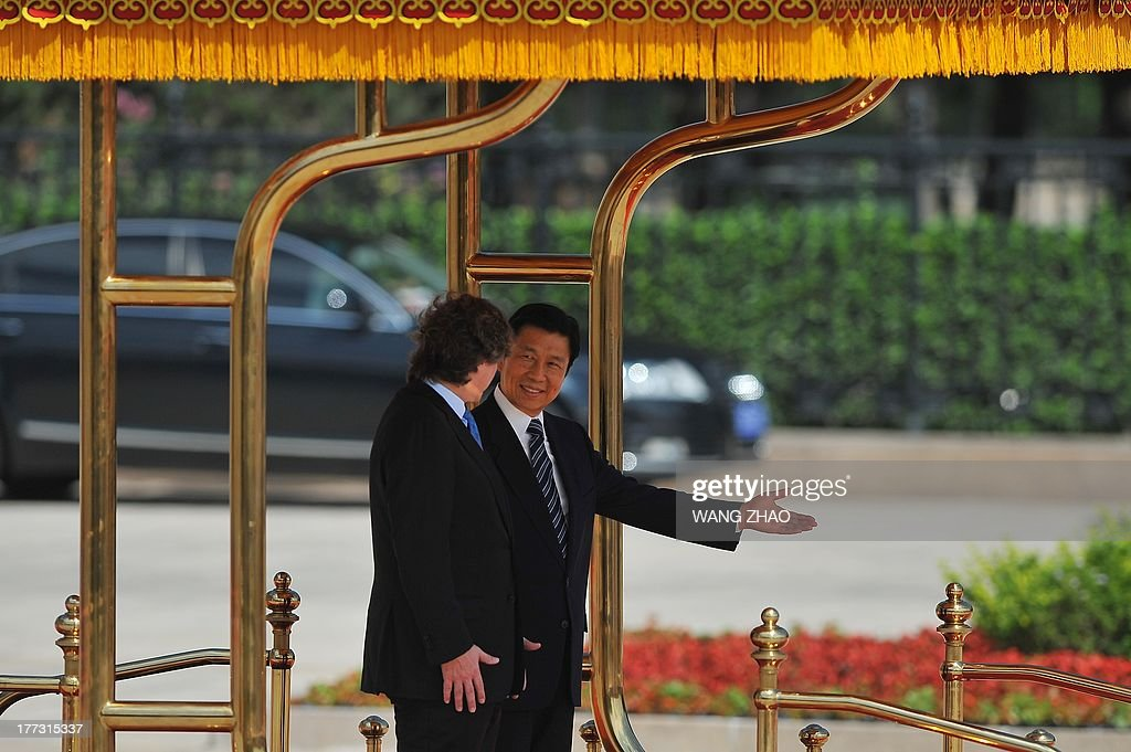 Argentine Vice President and Amado Boudou (L) and Chinese Vice President Li Yuanchao (R) prepare to inspect Chinese honour guards during a welcome ceremony outside the Great Hall of the people in Beijing on August 23, 2013. Boudou is on a visit to China from August 21 to 24. AFP PHOTO / WANG ZHAO