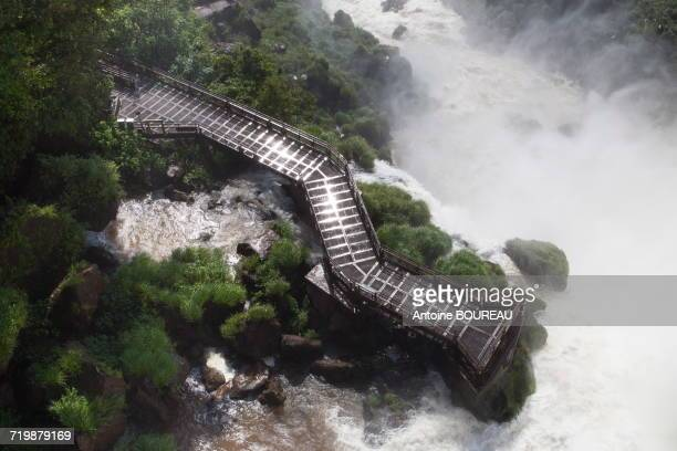 Argentinia, Footbridge on the site of Foz de Iguazus falls seen from the Argentinian side
