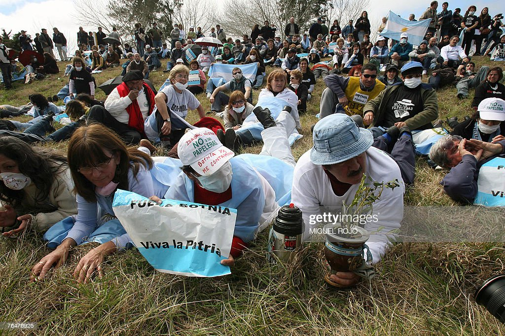 Argentinian activists peacefully demonstrate in front of the Finnish pulp mill site, in the banks of the Uruguay river, near the city of Fray Bentos, 350 km northwest of Montevideo, 02 September, 2007. Argentinian environmentalists crossed the border Sunday to protest against the construction of the pulp mill, as they believe it will pollute the bordering river. AFP PHOTO/Miguel ROJO