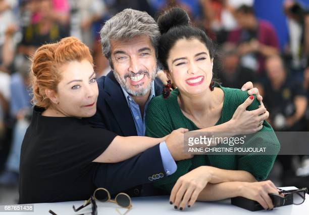 TOPSHOT Argentinian actress Dolores Fonzi Argentinian actor Ricardo Darin and Argentinian actress Erica Rivas pose on May 24 2017 during a photocall...