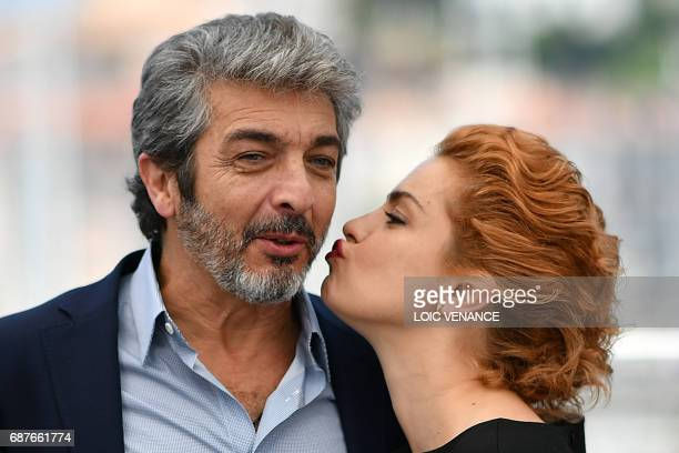 TOPSHOT Argentinian actress Dolores Fonzi kisses Argentinian actor Ricardo Darin while posing on May 24 2017 during a photocall for the film 'La...
