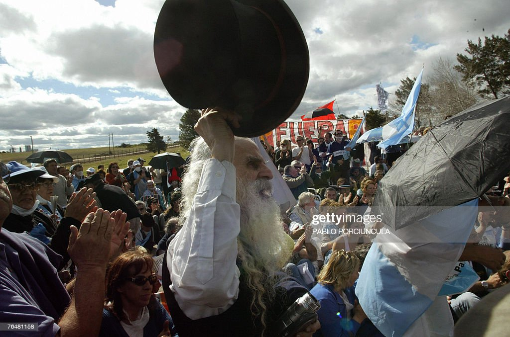 Argentinian environmentalists cheer during a meeting in front of the Finnish pulp mill site (L background) on the banks of the Uruguay river, near Fray Bentos, 350km northwest of Montevideo, 02 September, 2007. Argentinian activists crossed the border Sunday to protest against the construction of the pulp mill, as they believe it will pollute the bordering river. AFP PHOTO/Pablo PORCIUNCULA