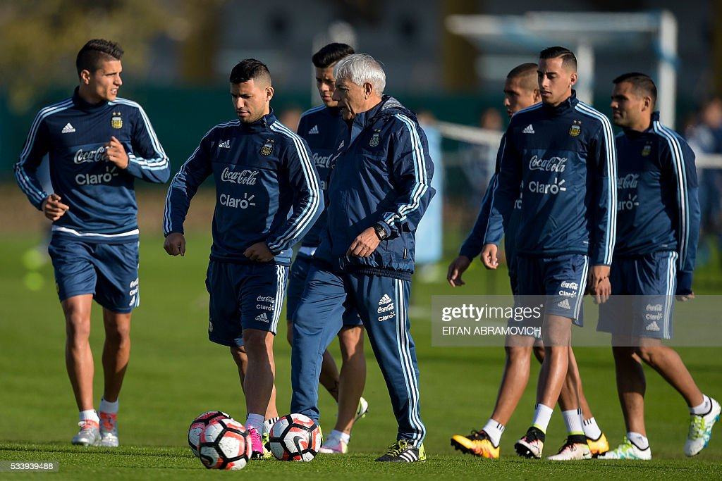 Argentinian footballers arrive for a training session in Ezeiza, Buenos Aires, on May 24, 2016, in preparation for the Copa America Centenario in the United States. / AFP / EITAN