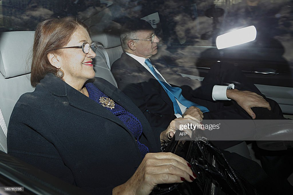 Argentinian Foreign Minister Hector Timerman (R) arrives in a car at Britain's Houses of Parliament in London, on February 5, 2013. Argentina expects to have control of the British-held Falkland Islands within 20 years, the country's foreign minister said in comments published on Tuesday. During a visit to London, Hector Timerman said in a joint interview with The Independent and The Guardian newspapers that Argentina would not take military action but that Britain would be forced to compromise soon. AFP PHOTO / JUSTIN TALLIS