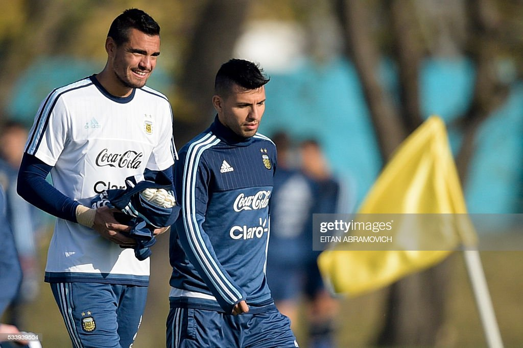 Argentinian goalkeeper Sergio Romero (L) and forward Sergio Aguero arrive for a training session in Ezeiza, Buenos Aires, on May 24, 2016, in preparation for the Copa America Centenario in the United States. / AFP / EITAN