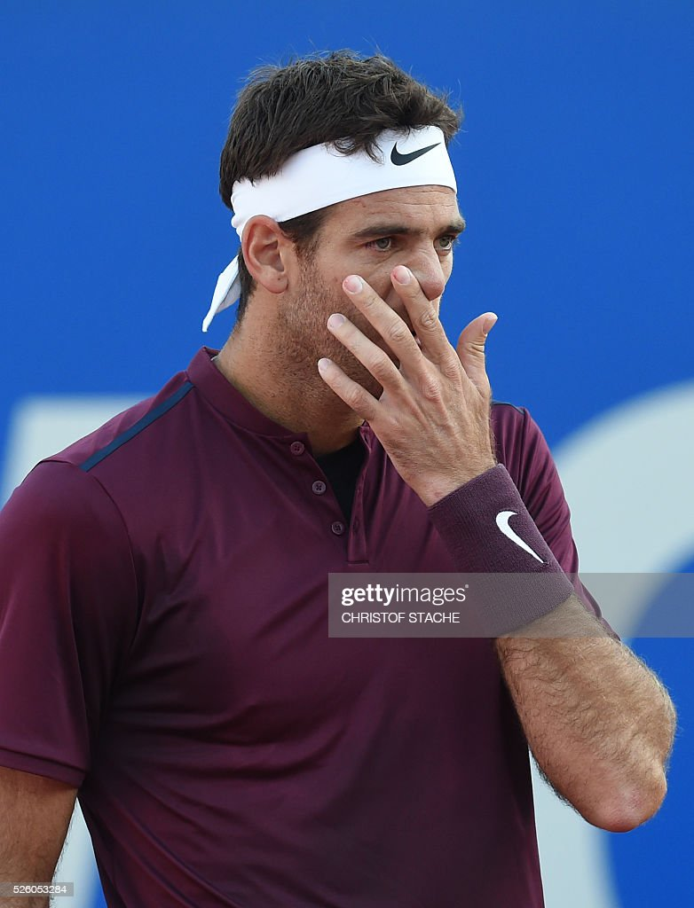 Argentinian Juan Martin Del Porto wipes his face during his quarter final match against Germany's Philipp Kohlschreiber at the ATP tennis Open in Munich, southern Germany, on April 29, 2016. / AFP / CHRISTOF