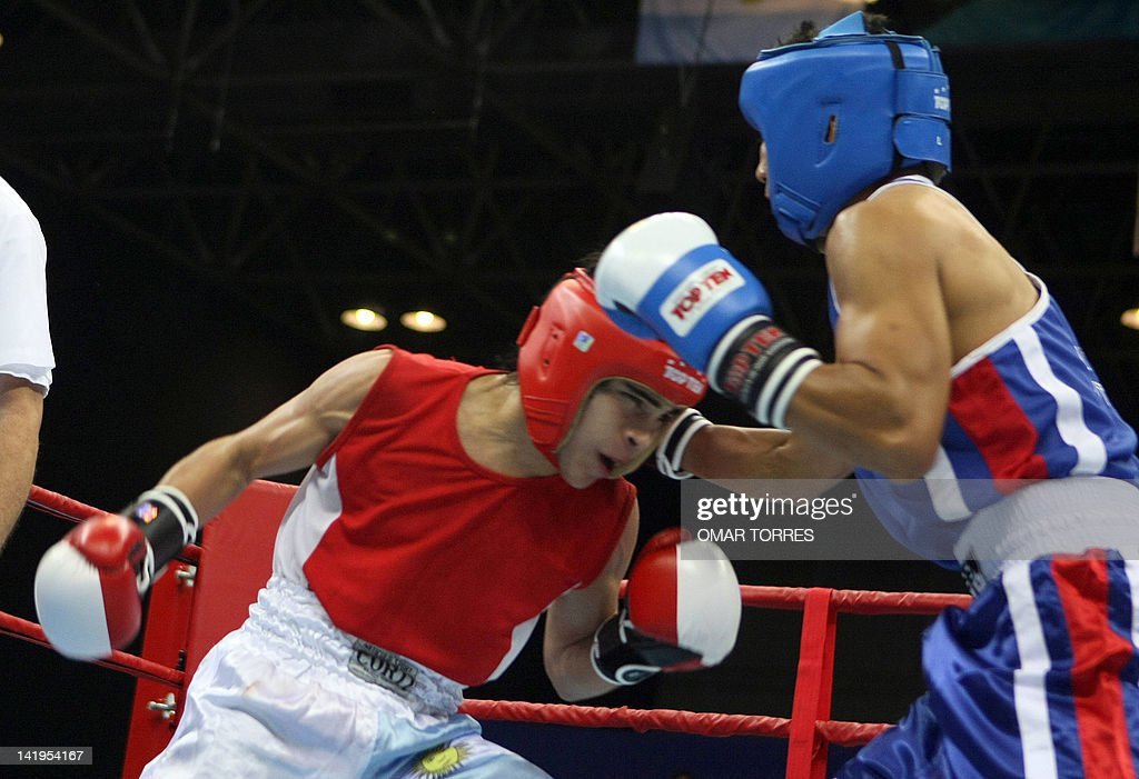 Argentinian Maximimiliano Marquez (L) tries to reach his rival Guatemalan Jose Pantaleon below his guard during the preliminary round of their bantam weight fight 20 July 2007 in Rio de Janeiro, Brazil, during the XV Pan American Games Rio 2007. Pantaleon won by points. AFP PHOTO/Omar TORRES