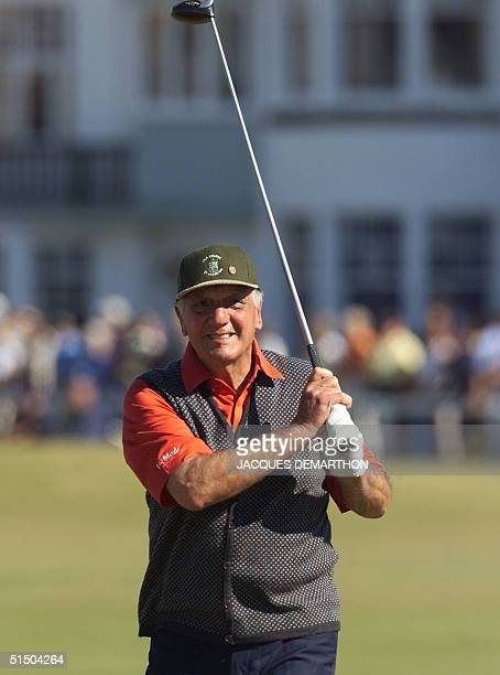 Argentinian Roberto de Vicenzo looks at his ball on the tee at Saint Andrews 19 july 2000 during the 'Past Champions Challenge' where 22 former...