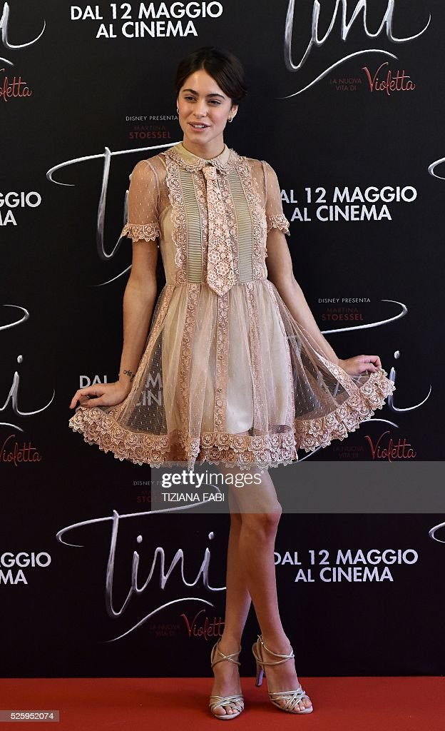 Argentinian singer and actress Martina Stoessel poses during a photocall of the movie Tini - La Nuova Vita Di Violetta (Tini - The New Life of Violetta), on april 29,2016 in Rome. / AFP / TIZIANA