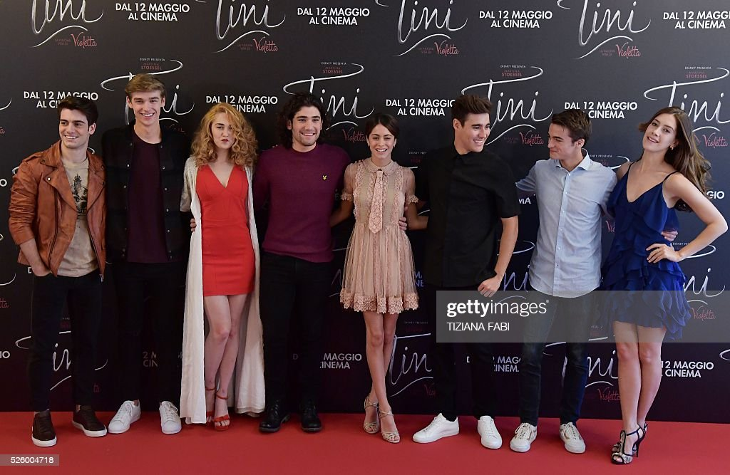 Argentinian singer and actress Martina Stoessel (C) poses with cast members during a photocall of the movie Tini - La Nuova Vita Di Violetta (Tini - The New Life of Violetta), on april 29,2016 in Rome. / AFP / TIZIANA