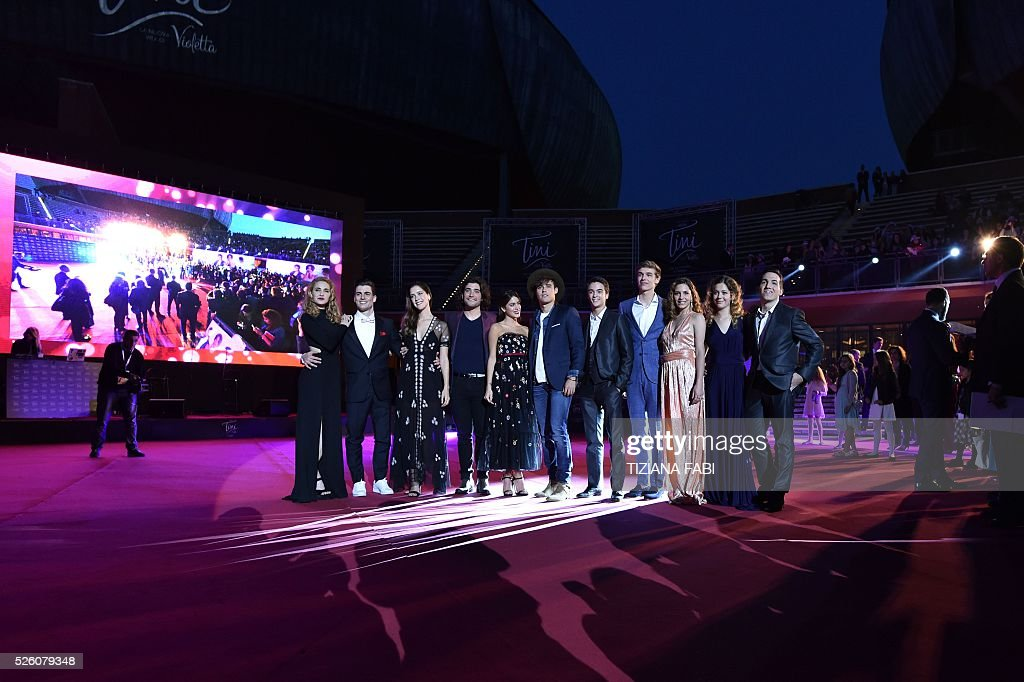 Argentinian singer and actress Martina Stoessel (C) poses with cast members before the premiere of the movie Tini - La Nuova Vita Di Violetta (Tini - The New Life of Violetta), on april 29,2016 in Rome. / AFP / TIZIANA