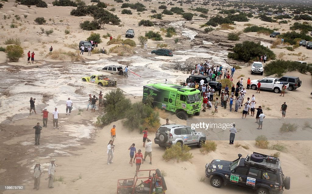 Argentinian Victor Mastromatteo's Protoptipo (L) is pulled out of a river during the Stage 11 of the Dakar 2013 between La Rioja and Fiambala, Argentina, on January 16, 2013. The rally takes place in Peru, Argentina and Chile between January 5 and 20. AFP PHOTO / POOL