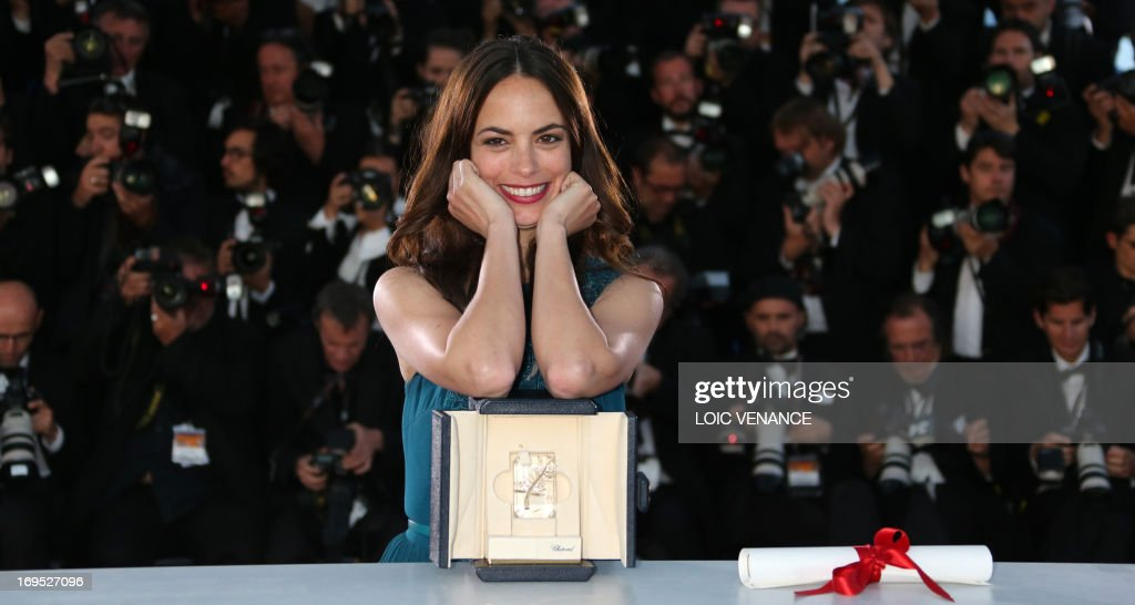 Argentinian-born French actress Berenice Bejo poses on May 26, 2013 during a photocall after being awarded with the Prix d'Interpretation Feminine (Best Actress) at the 66th Cannes film festival in Cannes.
