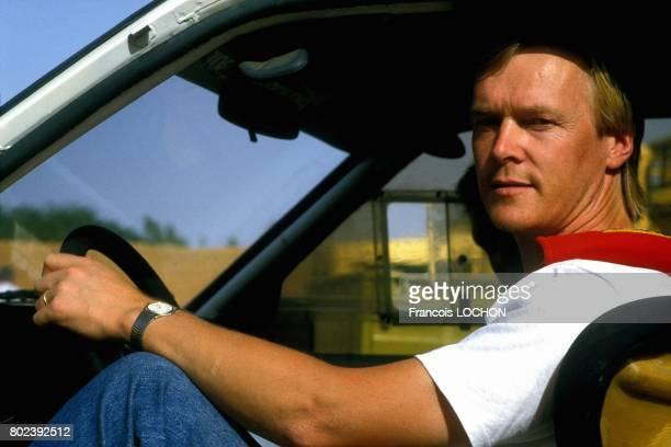 Ari Vatanen pilote de rallye finlandais lors de l'essai de la Peugeot 205 Turbo 16 pour le rallye ParisDakar le 9 octobre 1986 au Niger