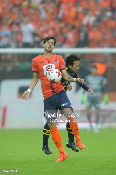 Ariajasuru Hasegawa of Omiya Ardija and Hiroto Nakagawa of Kashiwa Reysol during the JLeague J1 match between Omiya Ardija and Kashiwa Reysol at NACK...