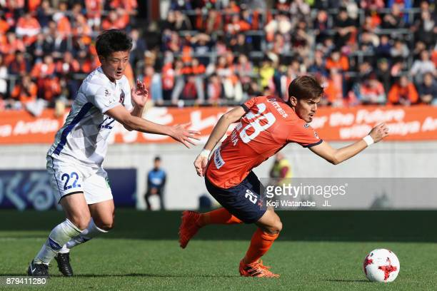 Ariajasuru Hasegawa of Omiya Ardija controls the ball under pressure of Yuta Koide of Ventforet Kofu during the JLeague J1 match between Omiya Ardija...