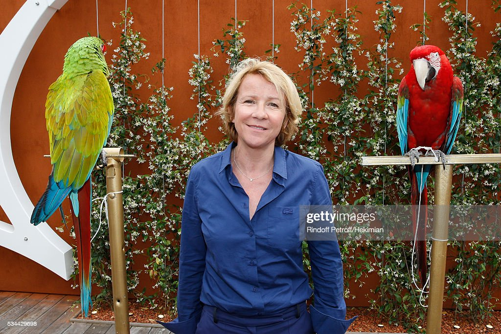 <a gi-track='captionPersonalityLinkClicked' href=/galleries/search?phrase=Ariane+Massenet&family=editorial&specificpeople=3023883 ng-click='$event.stopPropagation()'>Ariane Massenet</a> with parrots Arthur (Red) and Zoe (Green) attend the 2016 French Tennis Open - Day Four at Roland Garros on May 25, 2016 in Paris, France.