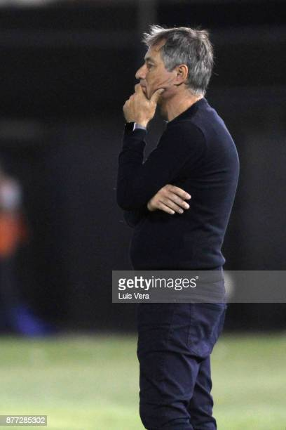 Ariel Holan coach of Independiente gestures during a first leg match between Libertad and Independiente as part of the semifinals of Copa CONMEBOL...