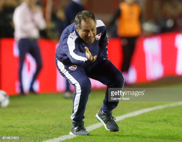 Ariel Holan coach of Independiente gives instructions to his players during a match between Independiente and Estudiantes as part of Torneo Primera...