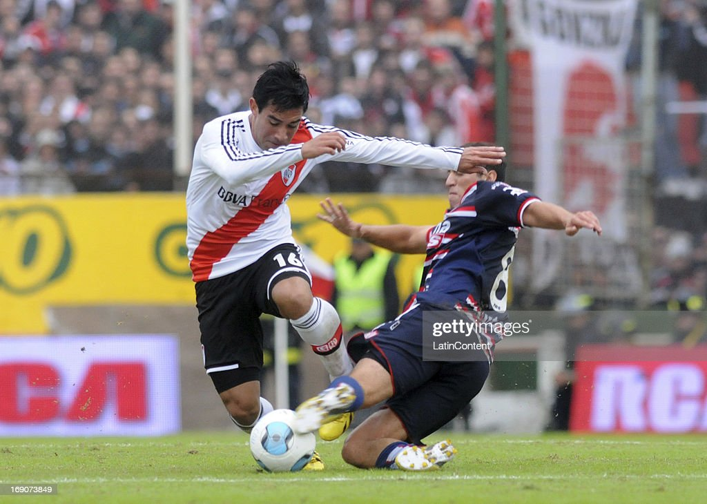 Ariel Rojas of River Plate competes for the ball with Brahian Alemán of Union de Santa Fe during a match between Union de Santa Fe and River Plate as part of the Torneo Final 2013 at 15 de Abril stadiun on May 19, 2013 in Santa Fe, Argentina.