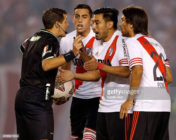 Ariel Rojas Ramiro Funes Mori and Leonardo Ponzio of River Plate complain to Referee German Delfino during a second leg semifinal match between River...