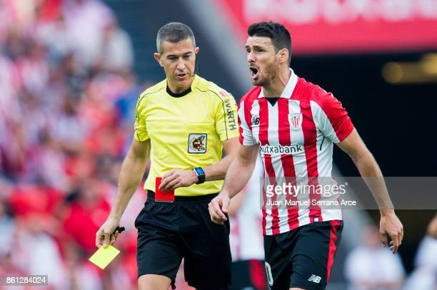 Aritz Aduriz of Athletic Club argues with referee Iganacio Iglesias Villanueva during the La Liga match between Athletic Club Bilbao and Sevilla FC...
