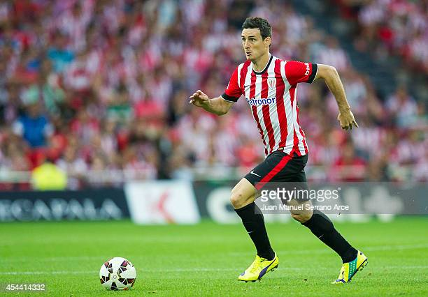 Aritz Aduriz of Athletic Club BilbaoÊcontrols the ball during the La Liga match between Athletic Club and Levante UD at San Mames Stadium on August...