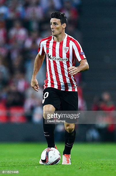 Aritz Aduriz of Athletic Club runs with the ball during the UEFA Europa League Group F match between Athletic Club and SK Rapid Wien at San Mames...