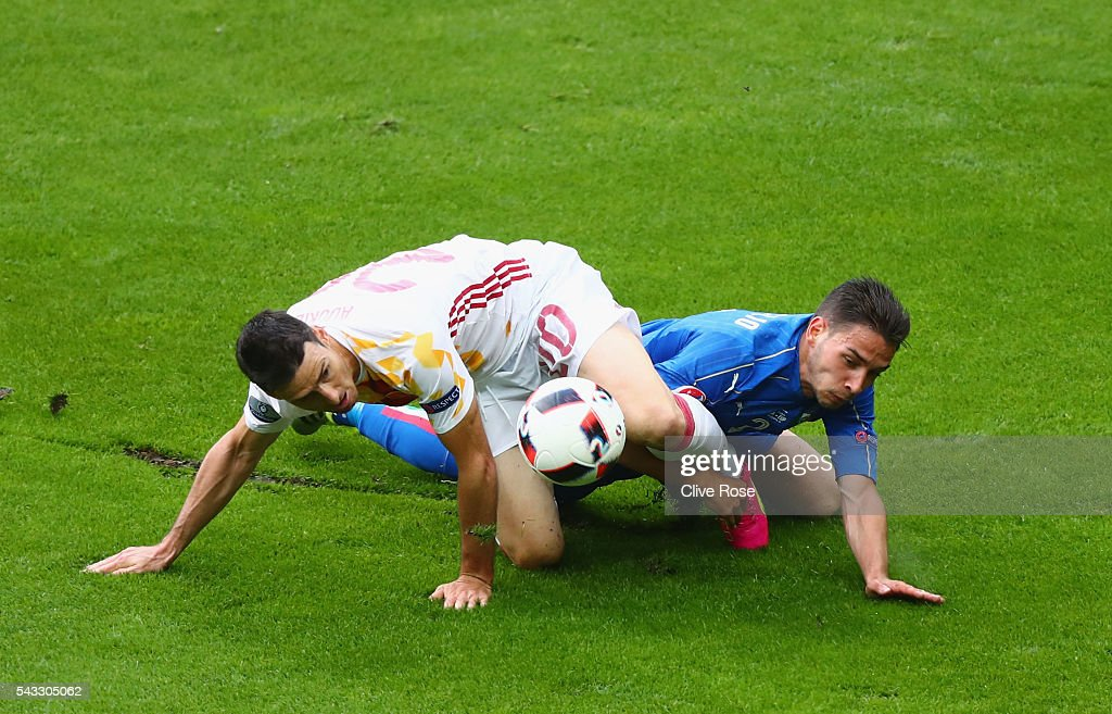 <a gi-track='captionPersonalityLinkClicked' href=/galleries/search?phrase=Aritz+Aduriz&family=editorial&specificpeople=822012 ng-click='$event.stopPropagation()'>Aritz Aduriz</a> of Spain and <a gi-track='captionPersonalityLinkClicked' href=/galleries/search?phrase=Mattia+De+Sciglio&family=editorial&specificpeople=8709670 ng-click='$event.stopPropagation()'>Mattia De Sciglio</a> of Italy compete for the ball during the UEFA EURO 2016 round of 16 match between Italy and Spain at Stade de France on June 27, 2016 in Paris, France.