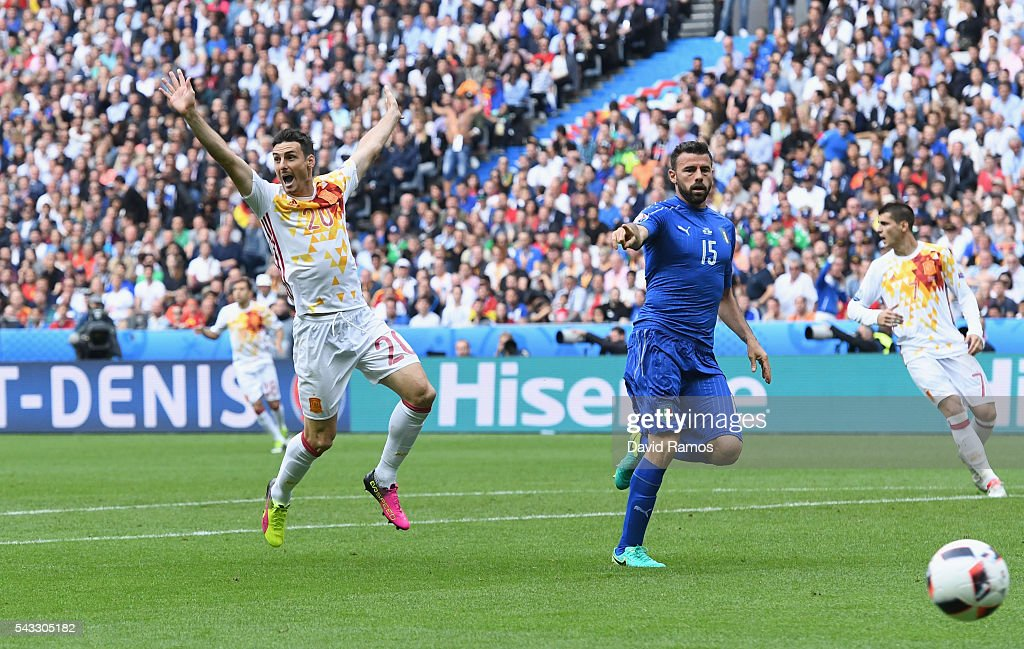 <a gi-track='captionPersonalityLinkClicked' href=/galleries/search?phrase=Aritz+Aduriz&family=editorial&specificpeople=822012 ng-click='$event.stopPropagation()'>Aritz Aduriz</a> (L) of Spain appeals during the UEFA EURO 2016 round of 16 match between Italy and Spain at Stade de France on June 27, 2016 in Paris, France.