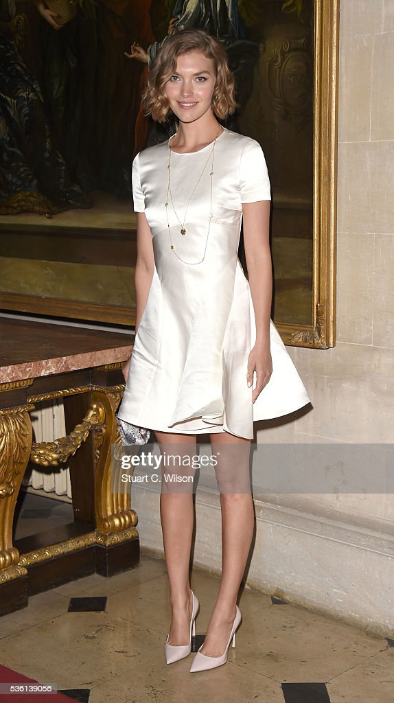 <a gi-track='captionPersonalityLinkClicked' href=/galleries/search?phrase=Arizona+Muse&family=editorial&specificpeople=7109685 ng-click='$event.stopPropagation()'>Arizona Muse</a> arrives for the Christian Dior showcase of its spring summer 2017 Cruise collection at Blenheim Palace on May 31, 2016 in Woodstock, England.