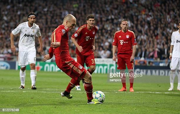 Arjen ROBBEN FC Bayern München erzielt das Tor zum 12 durch einen Strafstoss Elfmeter IKer Casillas Real Madrid Fussball Championsleague Halbfinale...