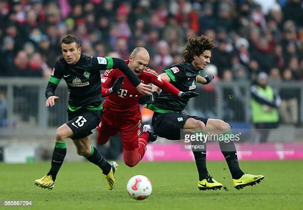 Arjen ROBBEN FC Bayern München gegen Lukas Schmitz SV Werder Bremen und Pavlovic 1 Bundesliga Fussball FC Bayern München Werder Bremen 61 Saison 2012...