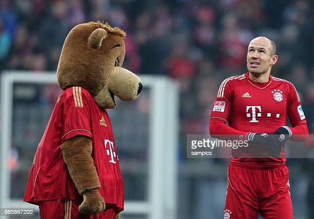 Arjen ROBBEN FC Bayern München mit Maskottchen Bernie 1 Bundesliga Fussball FC Bayern München Werder Bremen 61 Saison 2012 / 2013