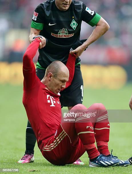 Arjen ROBBEN FC Bayern München wird vom Bremer Spieler Zlatko Junuzovic SV Werder Bremen hochgehoben 1 Bundesliga Fussball FC Bayern München Werder...