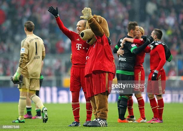 Arjen Robben jubelt nach dem Sieg mit Maskottchen 1 FußballBundesliga FC Bayern München vs Werder Bremen