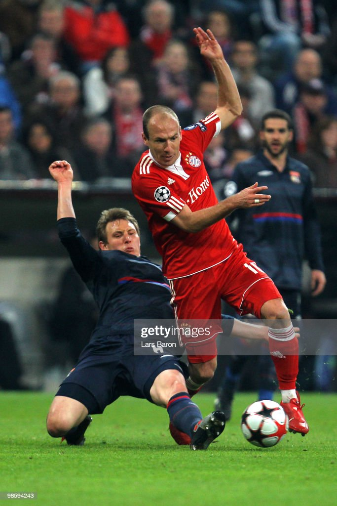 Arjen Robben of Bayern and Kim Kaellstroem of Lyon battle for the ball during the UEFA Champions League semi final first leg match between FC Bayern Muenchen and Olympic Lyon at Allianz Arena on April 21, 2010 in Munich, Germany.