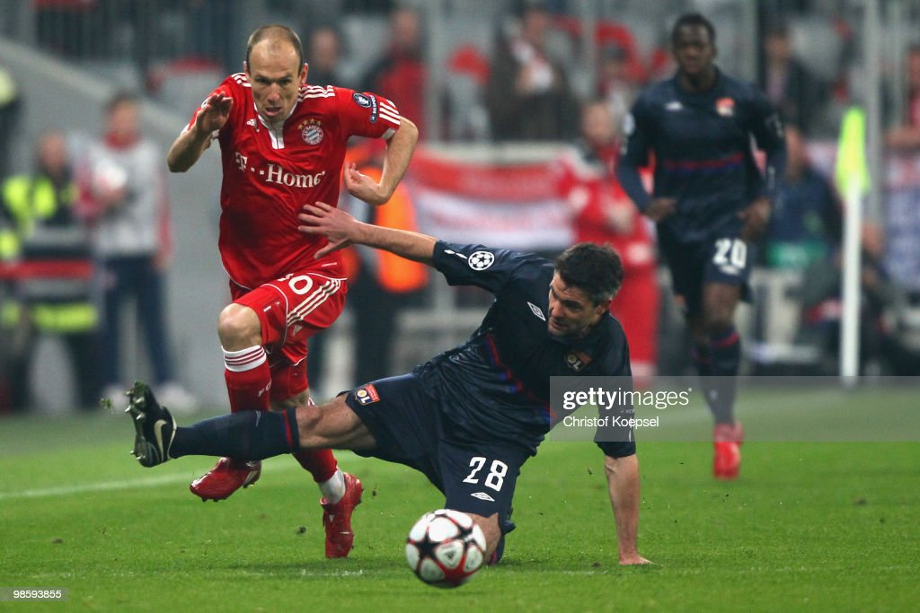 Arjen Robben of Bayern is challenged by Jeremy Toulalan of Lyon during the UEFA Champions League semi final first leg match between FC Bayern Muenchen and Olympic Lyon at Allianz Arena on April 21, 2010 in Munich, Germany.