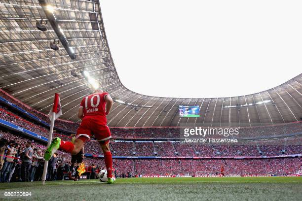 Arjen Robben of Bayern Muenchen kicks a coner during the Bundesliga match between Bayern Muenchen and SC Freiburg at Allianz Arena on May 20 2017 in...