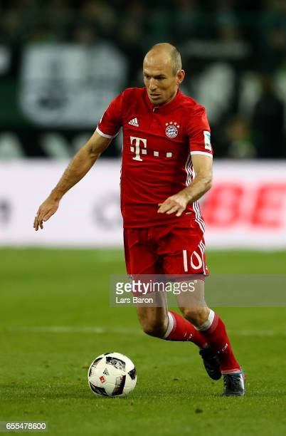 Arjen Robben of Bayern Muenchen runs with the ball during the Bundesliga match between Borussia Moenchengladbach and Bayern Muenchen at BorussiaPark...
