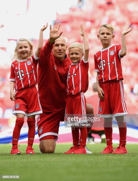 Arjen Robben of FC Bayern Muenchen and his kids wave to the fans prior to the Bundesliga match between Bayern Muenchen and SC Freiburg at Allianz...